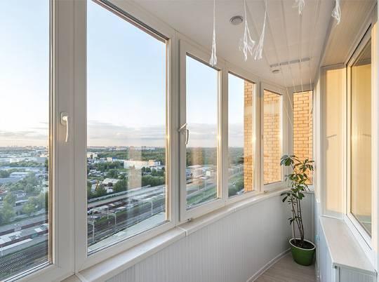 Теплое остекление балконов и лоджий пластиковыми окнами Rehau: цены от  производителя